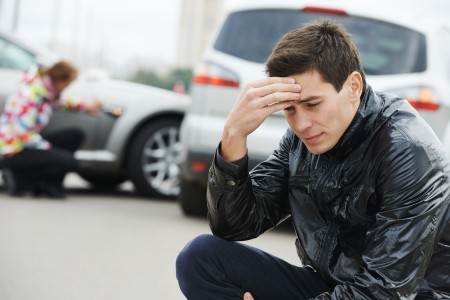 Adult zdenerwowany mężczyzna kierowca przed awaria samochodu samochodowego wypadku kolizji w mieście