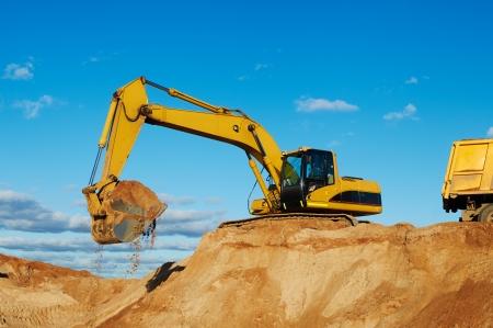 모래 채석장에서 굴착기 기계로드 덤퍼 트럭 스톡 콘텐츠