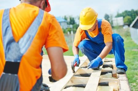 dach: Bau Schreiner Arbeiter Crew auf dem Dach Installationsarbeiten