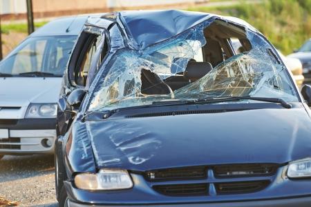 accidente de coche accidente de colisión en una carretera de la ciudad