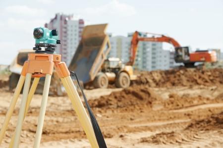 theodolite: Topografia apparecchiature di misurazione livello teodolite sul treppiedi sito in costruzione zona edificabile