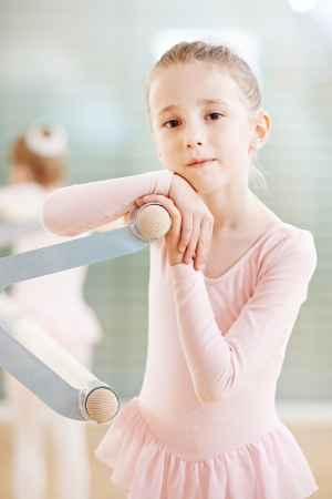 gente bailando: Ni�a en traje de ballet en el ejercicio de entrenamiento frente al espejo