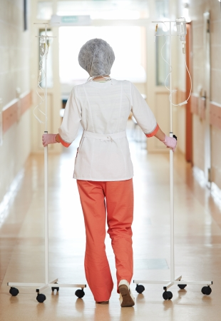 goteros: Médico Joven enfermera en uniforme médico con cuentagotas en el hospital sala de clínica