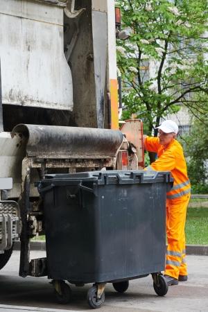 recolector de basura: Trabajador de reciclaje de basura camión recolector de residuos de carga y basura Foto de archivo