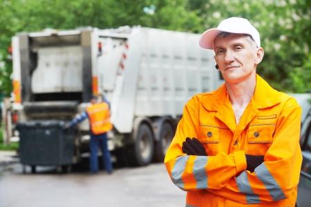 Portrait de travailleur recyclage des déchets garbage collector camion de chargement municipal et poubelle