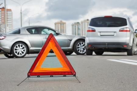 Autobotsing in de stad straat. Weg waarschuwing driehoek teken op het eerste vliegtuig