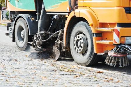 都市通りのクリーニングのプロセス。地方自治体の折り曲げトラック