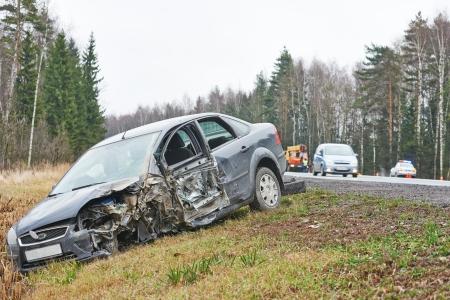 道路、高速道路の車線の道路で事故車のクラッシュ。側溝の自動車 写真素材