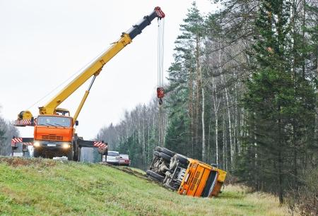camion grua: accidente de camión accidente de tráfico en una carretera de carril de la carretera. Automóvil en zanja lateral Foto de archivo