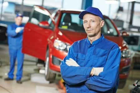 carroceria: Retrato de reparador mec�nico de autom�viles en frente del autom�vil reparaci�n de carrocer�a taller de la estaci�n de servicio