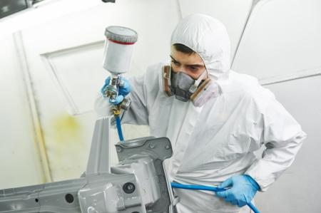 color paint: Operaio meccanico auto pittura auto paraurti riparazione di automobili e rinnovare il servizio bar della stazione da spraing vernice di colore nero