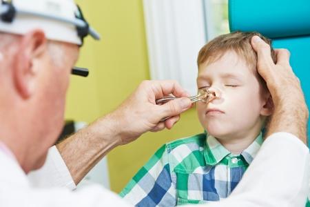 neus: Medische otolaryngologist oor neus keel arts spoelen neus op jongen kind