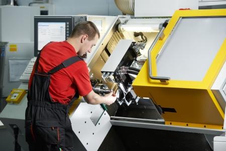 milling center: Operaio tecnico meccanico di lavoro a cnc centro fresatrice in officina strumento