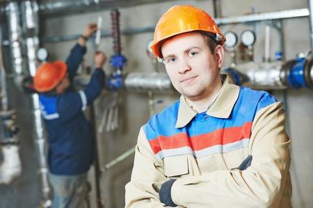 ingeniero industrial: ingeniero reparador del sistema de ingeniería de incendios o sistema de calefacción abrir el equipo de la válvula en una sala de calderas Foto de archivo