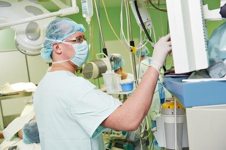 transplantation: An�sthesist Arzt in Uniform Vorbereitung Narkose An�sthesie w�hrend der Herztransplantation Betrieb bei Herzchirurgie-Klinik Lizenzfreie Bilder