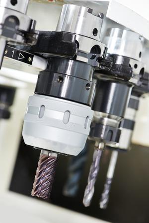 milling center: utensili in acciaio rapido da taglio industriale per la lavorazione del metallo al centro fresatrice Archivio Fotografico