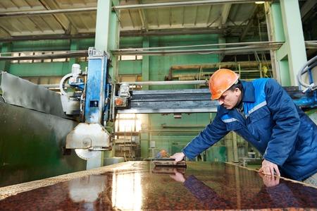 industriële werknemer op de fabriek op graniet of marmer manufacturу
