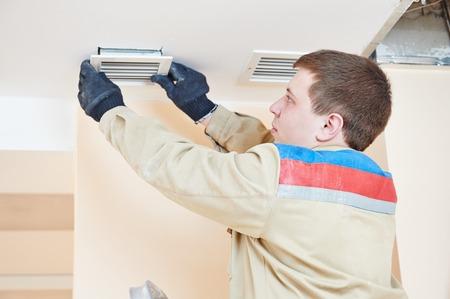 industriële bouwer installeren ventilatie of airconditioning filterhouder in plafond