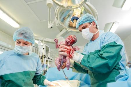 chirurgen perfoming chirurgie operatie van abdominale keizersnede tijdens bevallingen geboorte in de kliniek van operatiekamer