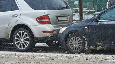 都市の道路上で冬の車衝突事故 写真素材