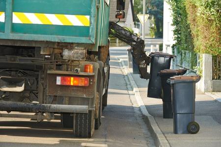 stedelijke gemeentelijke recycling garbage afvalinzamelaar laden van trucks en vuilnisbak