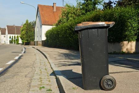 garbage collector: reciclaje de basura bin de pie en la calle urbana