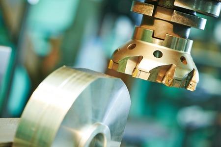 recortando: mecanizado de metales industrial proceso de los detalles en blanco de corte de fresa con plaquita de metal duro metal duro
