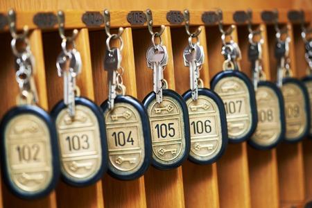 hospedaje: llaves de la habitación del hotel en el mostrador de recepción reseption Foto de archivo