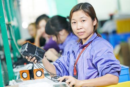 중국 공장에서 라인 컨베이어에서 생산을 조립 한 중국어 노동자