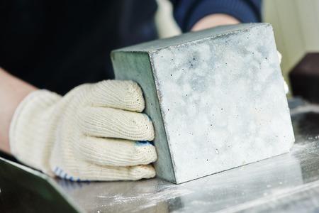 Überprüfung der Qualität des Betons während des Würfels Abbruchtest Standard-Bild