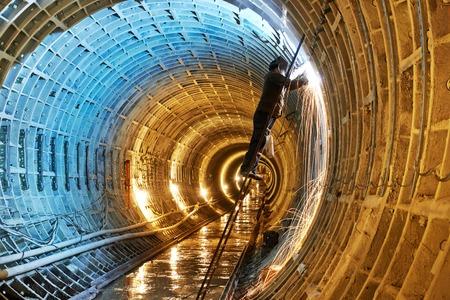 soldadura: Tuneller soldador que trabaja con el electrodo en la soldadura de arco de obra de construcción del metro subterráneo de metro