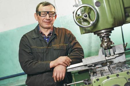 herramientas de mecánica: fresado operador de la máquina de trabajo en el taller de la fábrica Foto de archivo