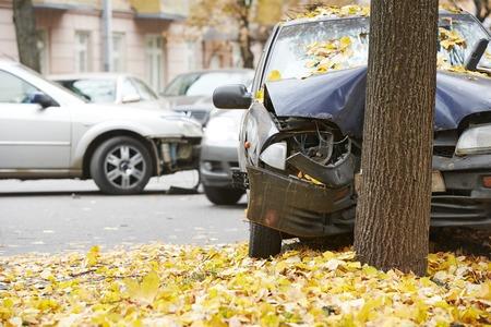 route: accident de voiture accident de la route sur une route de route de la ville