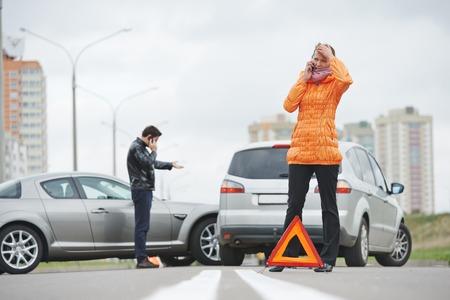 chofer: Colisi�n del coche. hombre conductor y mujer examinar autom�vil coches da�ados tras el accidente accidente en la ciudad