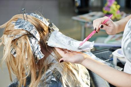 強調表示します。ビューティー パーラー理髪サロンで女性クライアントの髪を着色