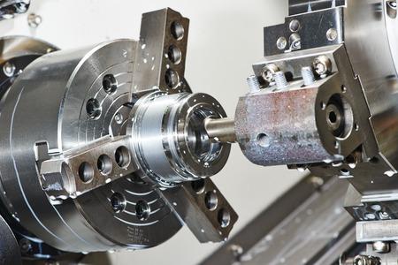 industriële staalbouw boring bewerkingsproces door snijgereedschap op geautomatiseerde draaibank