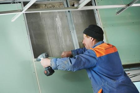 Montage: Carpenter Schreiner Stuckateur mit Schraubendreher Montage Gipskartonsystem WC