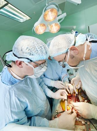transplantation: Team von Chirurgen in Uniform durchf�hren Herztransplantation Operation an einem Patienten in der Herzchirurgie Klinik