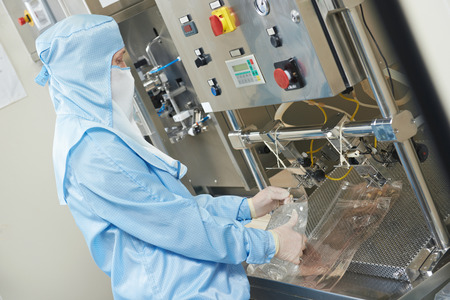 fettler: mujer f�brica de productos farmac�uticos l�nea de producci�n de explotaci�n trabajador de la industria de farmacia f�brica de la fabricaci�n