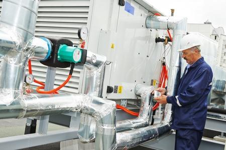 compresor: Retrato de sonriente senior adulto ingeniero electricista ventilaation constructor