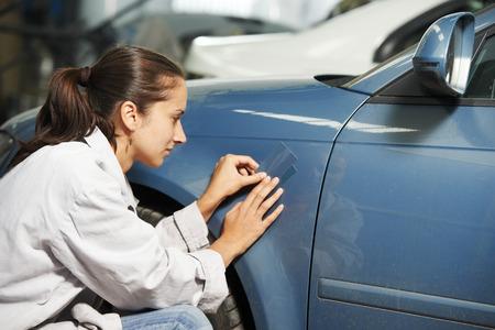 matching: Mujer colorista juego de pintura de elemento de coche en reparaci�n de autom�viles y renovar la estaci�n de servicio con el color Ejemplo de cartas Foto de archivo