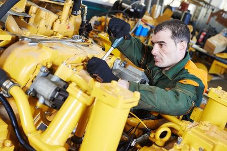 maquinaria pesada: trabajador industrial en maquinaria de la industria pesada montaje en taller de fabricación de la línea de producción en la fábrica