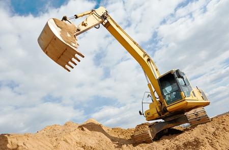 Maszyna koparki przy wykopów ziemnych w piasku kamieniołomu