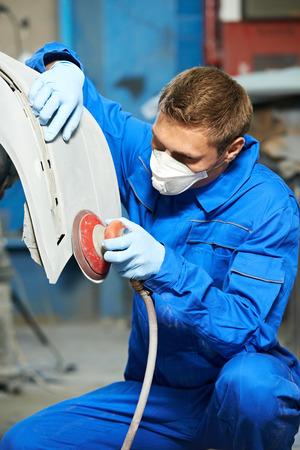 occupations and work: Operaio meccanico auto lucidatura paraurti della carrozzeria a riparazione di automobili e rinnovare stazione di servizio negozio da macchina buffer di potenza