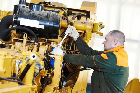 operante: lavoratore industriale durante macchine industria pesante montaggio su laboratorio di produzione linea di produzione in fabbrica Archivio Fotografico