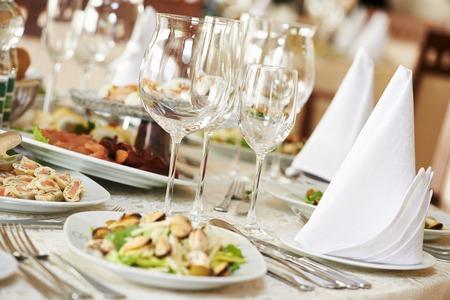 Des services de restauration de fond avec des collations et des verres de vin sur le comptoir de barman dans un restaurant Banque d'images - 27626474
