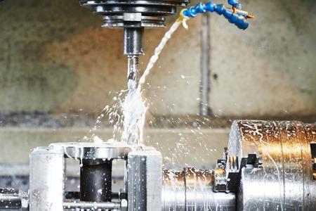 boorgat of saai detail met smeermiddel vloeibaar koelmiddel op het snijden van metaal machine tool bij fabriek Stockfoto