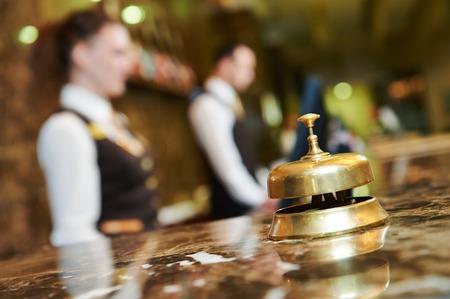 ベルとモダンで豪華なホテル フロント カウンター 写真素材