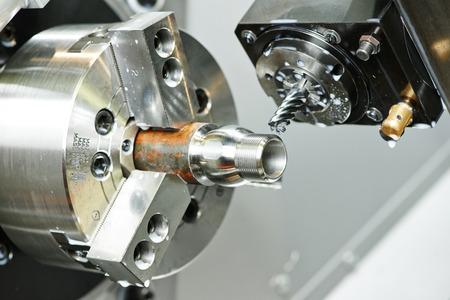 резка: фрезерование деталей на металлорежущего станка на заводе Фото со стока