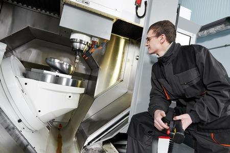 milling center: tecnico meccanico di lavoro a cnc centro fresatrice in officina strumento